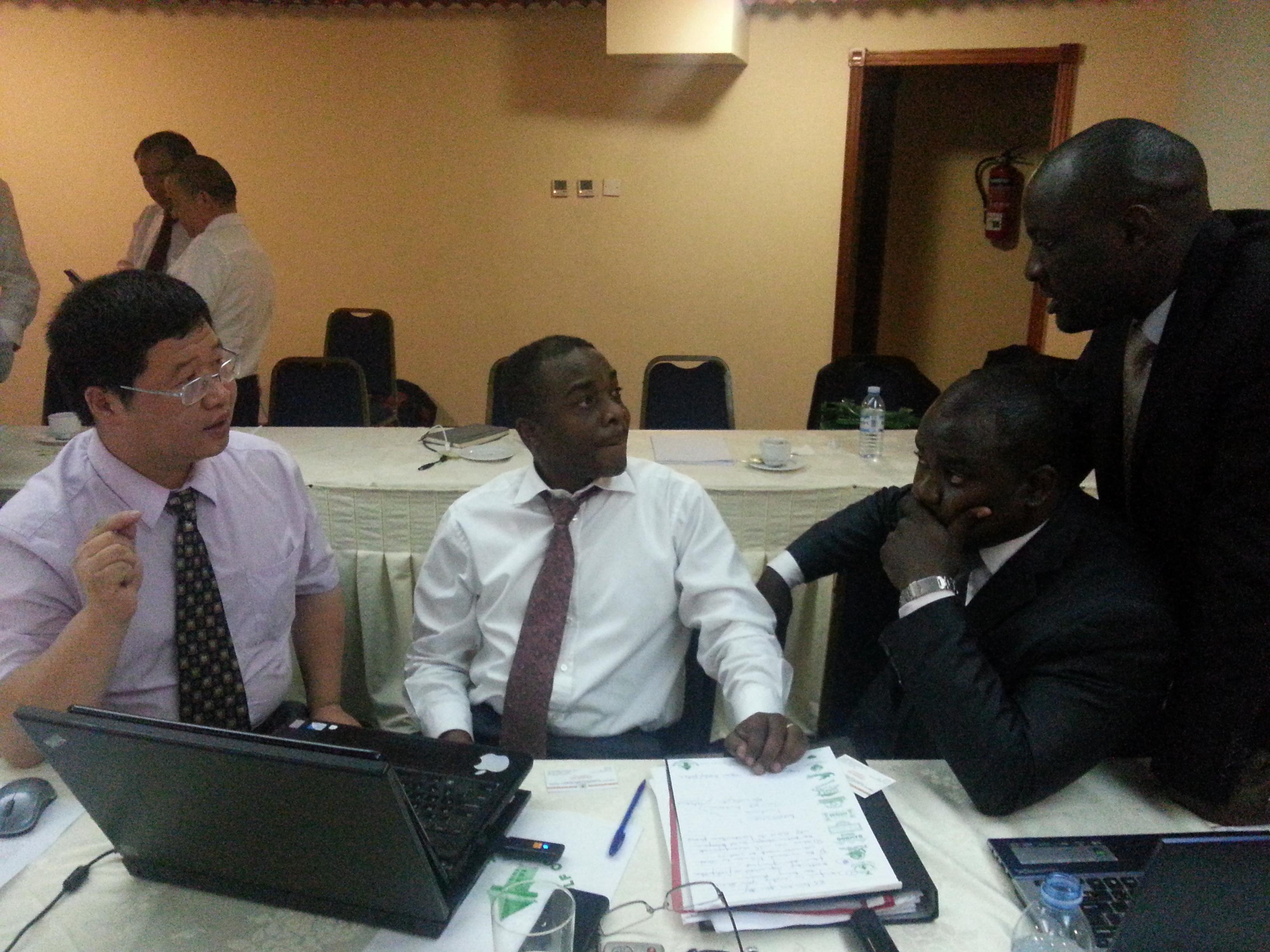 与乌干达政府谈判现场齐发博士与总统的律师威廉姆(左二)20130805_160422.jpg